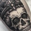 Arm Totenkopf Krone tattoo von Sacred Art Tattoo