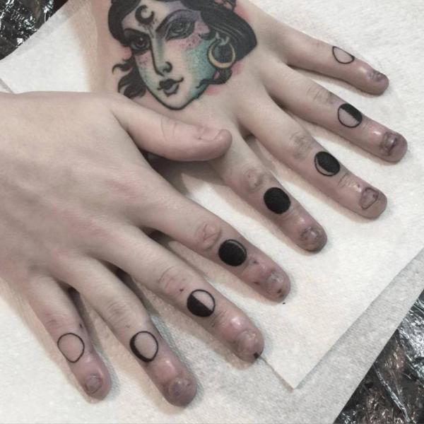 tatouage doigt lune par sacred art tattoo