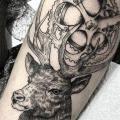 tatuaje Engranaje Pierna Dotwork Ciervo por Sacred Art Tattoo