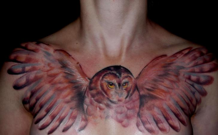 Tatouage Épaule Hibou Seins par Silence of Art Tattoo Studio