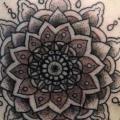 頭部 幾何学的 タトゥー よって Providence Tattoo studio
