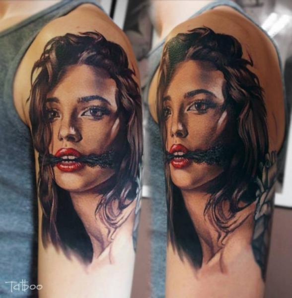 Tatuaggio Spalla Ritratti Realistici Donne di Valentina Riabova