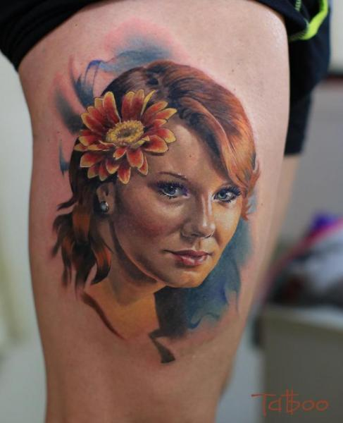 Porträt Realistische Oberschenkel Tattoo von Valentina Riabova