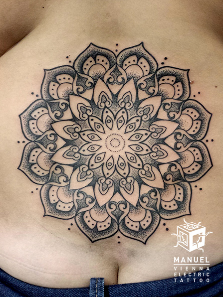 Blumen Rücken Dotwork Tattoo von Vienna Electric Tattoo