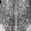 tatuaje Pie Flor Dotwork por Vienna Electric Tattoo
