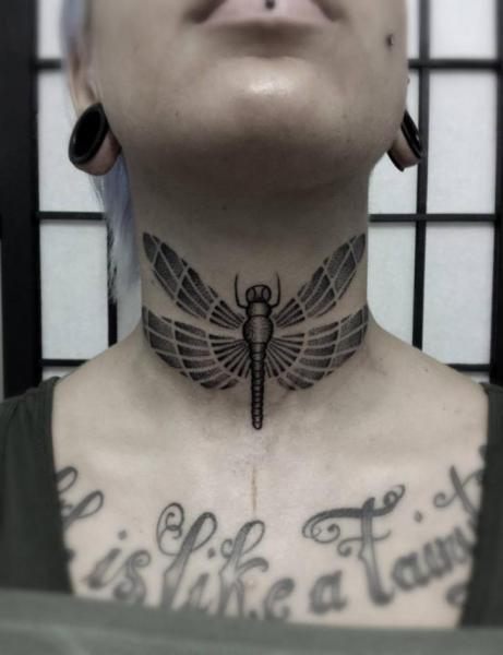 Tatuaje Cuello Dotwork por Vienna Electric Tattoo