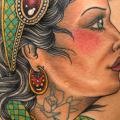 tatuaje New School Mujer Gitano Muslo por Vienna Electric Tattoo