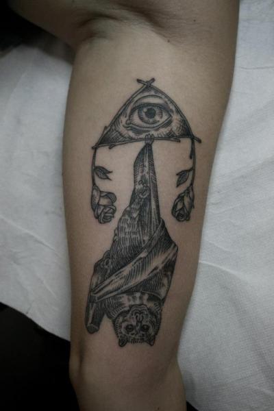 Arm Gott Dotwork Fledermaus Tattoo von Ottorino d'Ambra