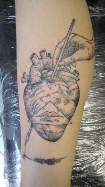 Tatuaje Brazo Corazon Dotwork por Ottorino d'Ambra