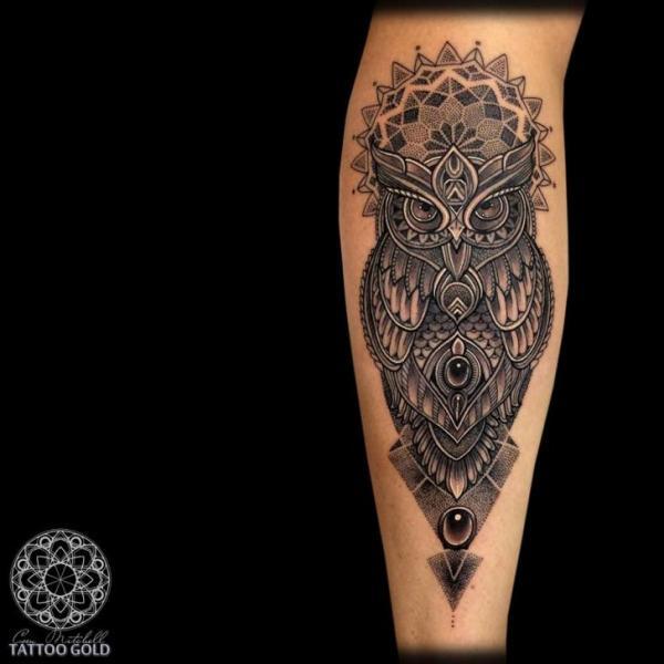 Tatuaje Ternero Búho Dotwork por Coen Mitchell