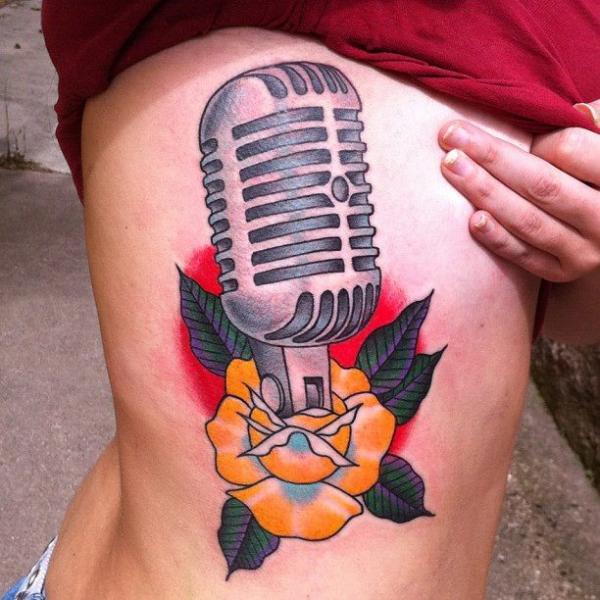 Tatuaggio New School Fiore Fianco Microfono di Sacred Tattoo Studio