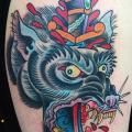 Schulter Wolf Dolch tattoo von Captured Tattoo