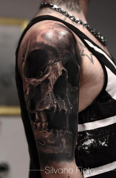 Schulter Realistische Totenkopf Tattoo von Silvano Fiato