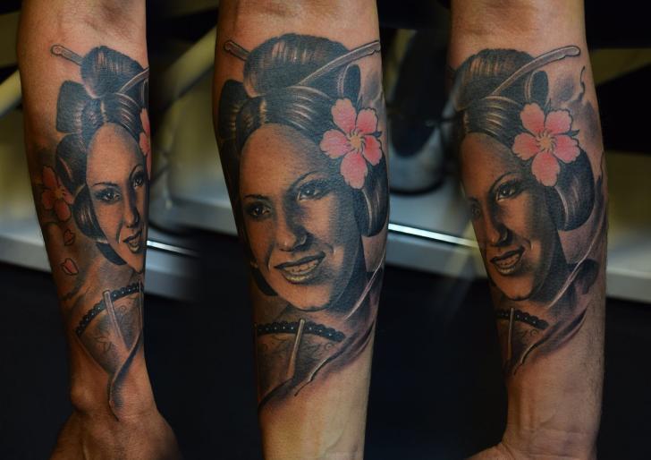 Arm Porträt Realistische Tattoo von Michael Litovkin