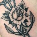 Brust Blumen Anker tattoo von Cloak and Dagger Tattoo