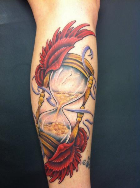 Tatuaggio Braccio Clessidra Ali di Distinction Tattoo