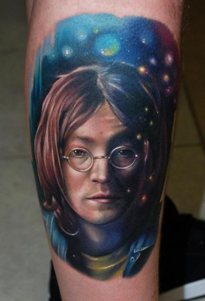 Tatuaje Brazo Retrato Realista John Lennon por Distinction Tattoo