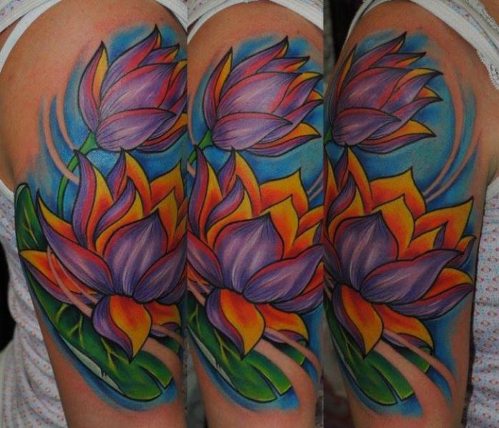 Tatuaggio Spalla Fiore di Distinction Tattoo