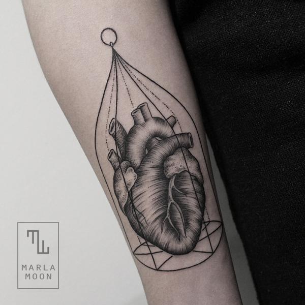 Tatuaje Brazo Corazon Dotwork Jaula por Marla Moon