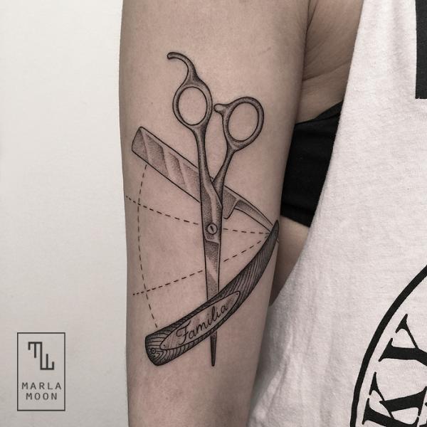 Tatuaggio Braccio Forbice Dotwork di Marla Moon