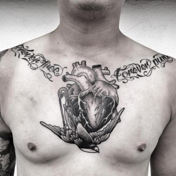 Tatuaje Pecho Corazon Pájaro Por Zmierzloki Tattoo