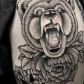 tatuaje Hombro Flor Oso por Zmierzloki tattoo