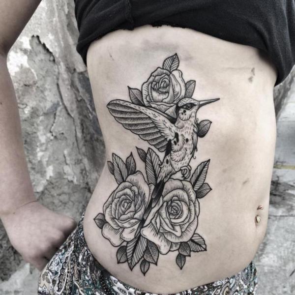 Blumen Seite Dotwork Kolibri Tattoo von Zmierzloki tattoo