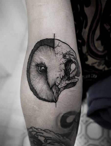 Arm Totenkopf Eulen Dotwork Tattoo von Luciano Del Fabro