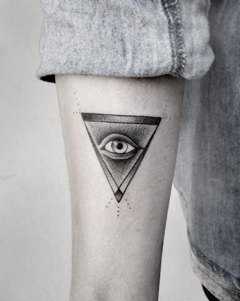 Tatouage Bras œil Triangle Par Luciano Del Fabro
