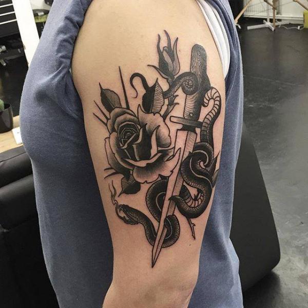 Tatuaje Hombro Serpiente Flor Daga por Parliament Tattoo