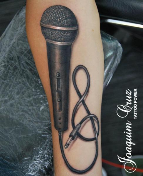 Tatuaje Brazo Realista Micrófono por Tattoo Power