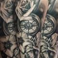 Arm Blumen Kompass tattoo von El Loco Tattoo Lounge