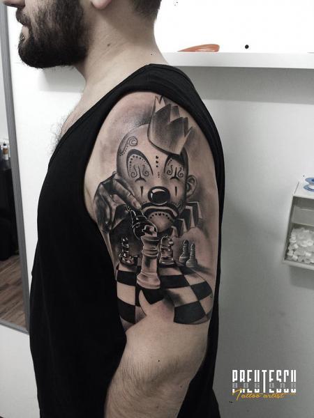Tatuaggio Spalla Pagliaccio Scacchi di El Loco Tattoo Lounge