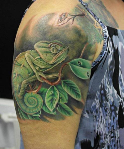 Tatuaggio Spalla Realistici Camaleonte di El Loco Tattoo Lounge