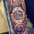 tatuaje Brazo Reloj New School Flor por Solid Heart Tattoo