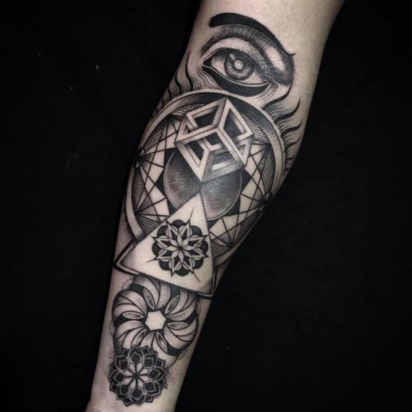 Tatuaggio Braccio Dotwork Astratto di Blessed Tattoo
