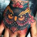 tatouage Old School Main Hibou par Fontecha Iron