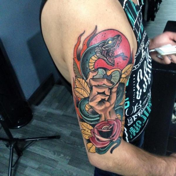 Tatuaggio Spalla Braccio New School Serpente Mano di Fontecha Iron