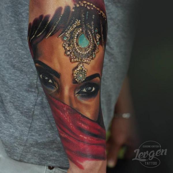 Arm Porträt Realistische Frauen Tattoo von Voice of Ink