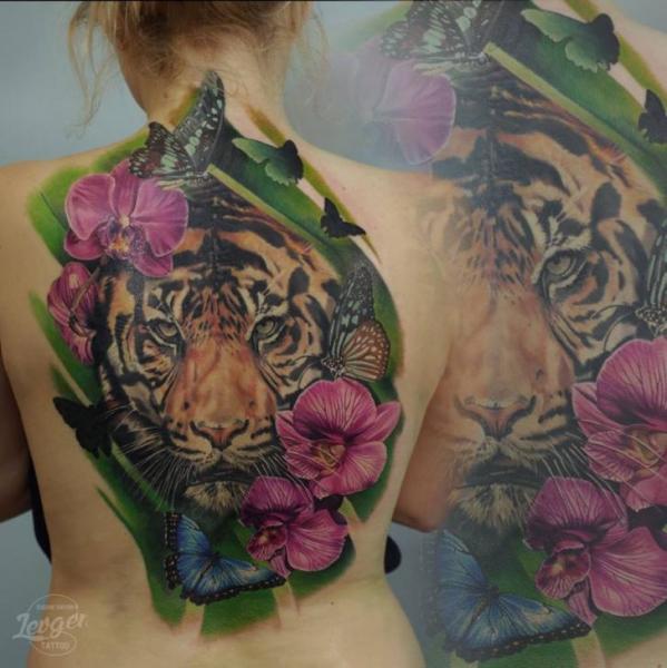Realistische Blumen Rücken Tiger Tattoo von Voice of Ink