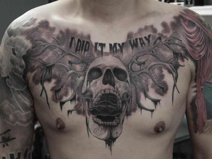 Tatuaje Pecho Cráneo por Art Faktors