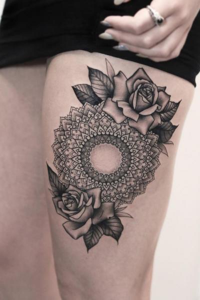 tatouage fleur cuisse mandala par bang bang