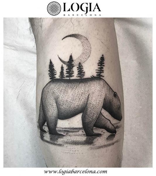 Tatuaje Brazo Oso Dotwork Luna por Logia Barcelona