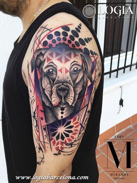 Tatuaje Brazo Perro Geométrico por Logia Barcelona