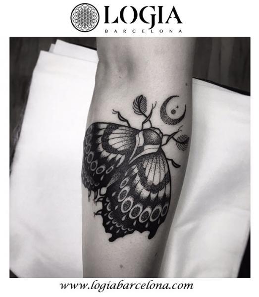 Tatuaje Brazo Dotwork Polilla por Logia Barcelona