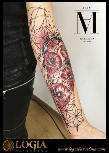 Tatuaje Brazo Flor Geométrico por Logia Barcelona