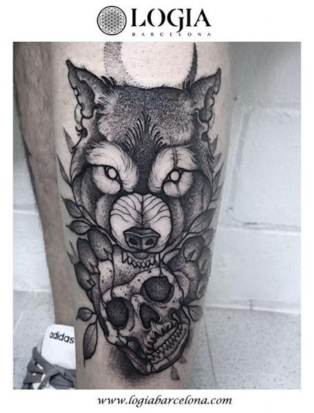 Tatuaje Pierna Cráneo Lobo Dotwork por Logia Barcelona