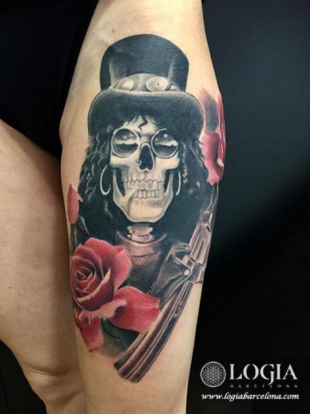 Tatuaggio Gamba Fiore Teschio Pistola Slash di Logia Barcelona