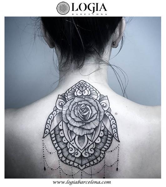 Blumen Rücken Nacken Dekoration Tattoo von Logia Barcelona