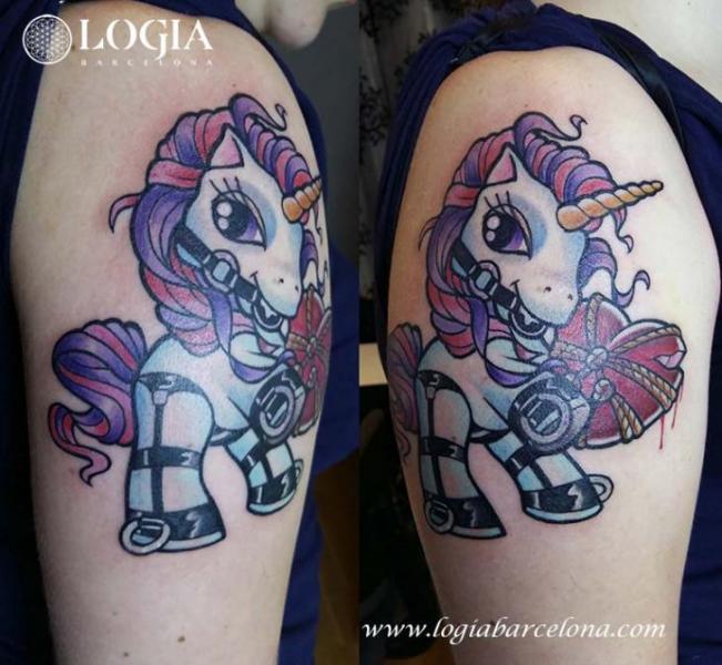 Tatuaggio Spalla Personaggi Unicorno di Logia Barcelona